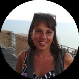 Dirigente Scolastico dell'I.C. Melissa Bassi di Tor Bella Monaca dal settembre 2019, viene da Napoli, dove per 15 anni è si è dedicata all'insegnamento delle Lettere nei Licei. Decide per il concorso da dirigente con la volontà di rendere concreta, dall'interno, l'idea di una scuola pienamente inclusiva, per la realizzazione della quale sta attivando canali di collaborazione col territorio e le istituzioni locali.